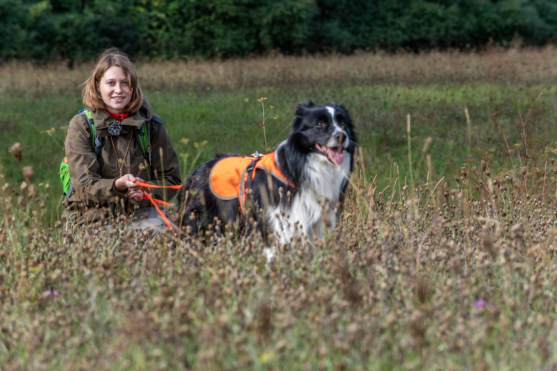 "Annegret Grimm-Seyfarth with specially trained detection dog ""Zammy"", a Border Collie. Photo: André Künzelmann / UFZ"