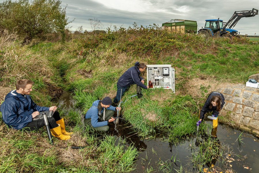 Scientists take samples in a small water body. Photo: André Künzelmann / UFZ